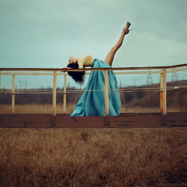 Фото девушка подняла ногу 3 фотография