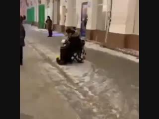 """Rusiya'nın paytaxtı Moskva'da küçə musiqiçisinin ifasında """"Sən gəlməz oldun"""".. @ ( 480 X 480 ).mp4"""