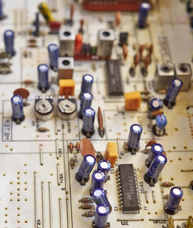 Резистор представляет собой электронный компонент, который может снизить напряжение цепи и поток электрического тока, а конденсатор - это компонент, который может хранить электрические заряды.