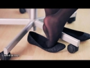 Девушка в балетках и черных колготках в офисе