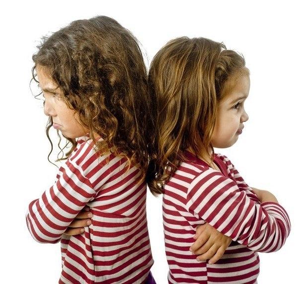 СТИХИ-МИРИЛКИ Дети часто ссорятся, как им иногда бывает трудно помириться! Давайте поможем им в этом — выучите с ними стишки-мирилки! *** Не дерись, не дерись, Ну-ка быстро помирись! *** Пальчик за пальчик Крепко возьмем Раньше дрались, А теперь ни по чем. *** Мирись, мирись, И больше не дерись. А если будешь драться, Я буду кусаться. А кусаться нам нельзя, Потому что мы друзья. *** Мирись, мирись, И больше не дерись. А если будешь драться, Я буду кусаться. Мама придет, Нам обоим попадет. ***…