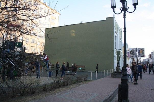 Уже повилось первое граффити на свежей краске, но его закрасили. Однако, даже через фотографию видно, что такая унылая стена бесит людей и угнетает развитие детей, которые тут любят тусоваться.