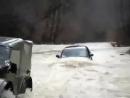 Газ-69 тащит Nissan Navara против течения реки