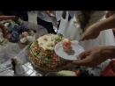 Жених и Невеста разрезают Свадебный Торт и угощают гостей