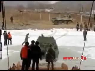 Под Фокино военные утопили БТР при высадке на лед