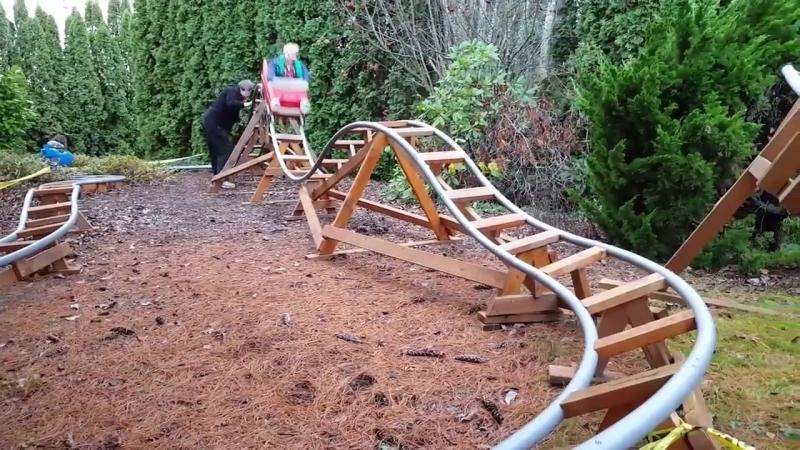 Дедушка построил аттракцион на заднем дворе, чтобу у внуков была причина почаще навещать и проводить с ним время