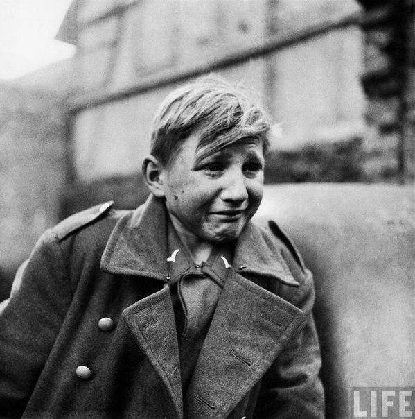15-летний немецкий малолетний солдат, Ханс-Георг Хенке, плачет после того, как б...