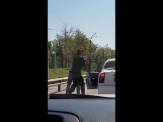 Автомобилист подрался с велосипедистом в Иркутске (26.08.2018)