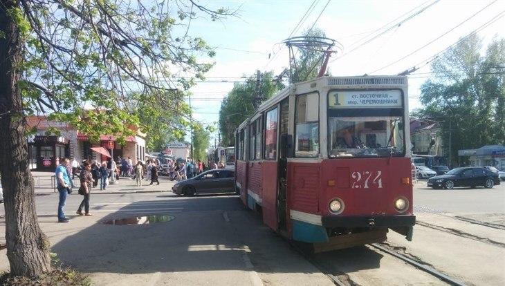 Трамвай сбил бабушку в Томске, женщина ушла с места ДТП