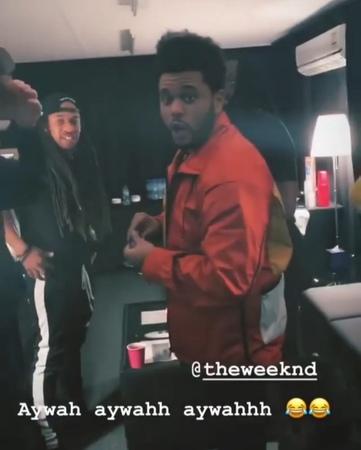 The Weeknd com sua equipe nos bastidores do seu show em Abu Dhabi, 23 de Novembro.