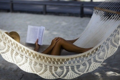 дівина читає книжку