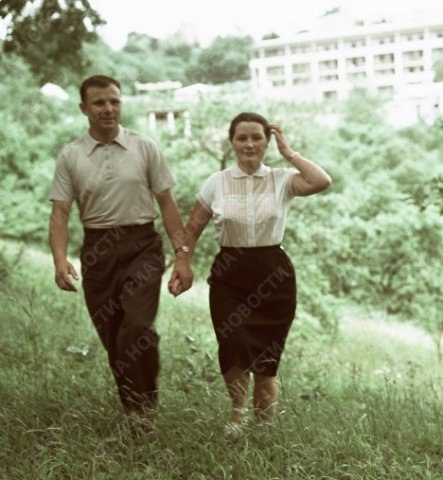 Юрий Гагарин с женой на отдыхе