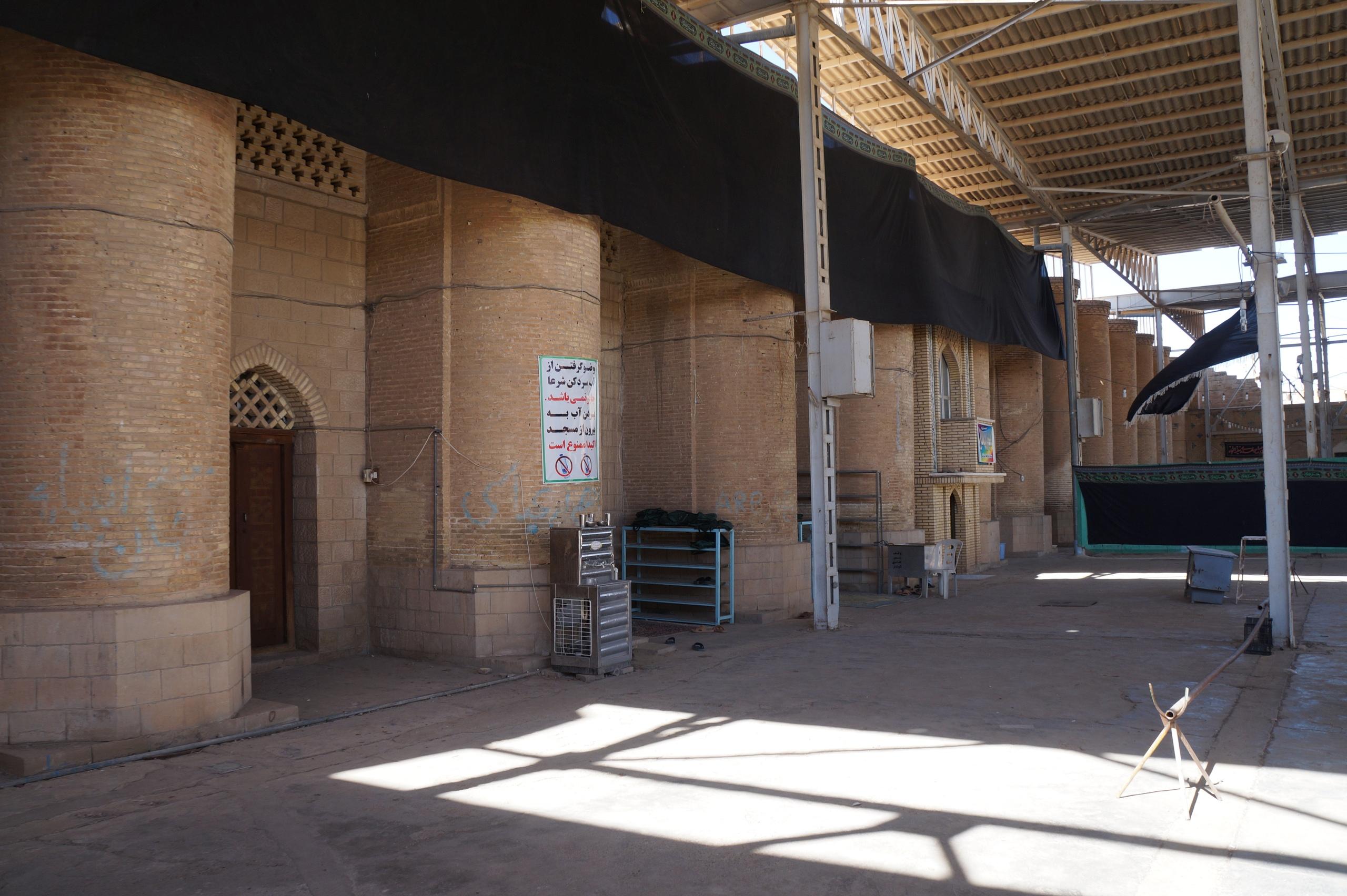 Закрытая от неверных часть мечети мечеть, имама, Шуштере, разрешили, туристов, местного, центральная, Иране, место, мечети, тканью, старинная, такие, Далее, раставлены, охлаждает, установка, метров, Причем, питьевой