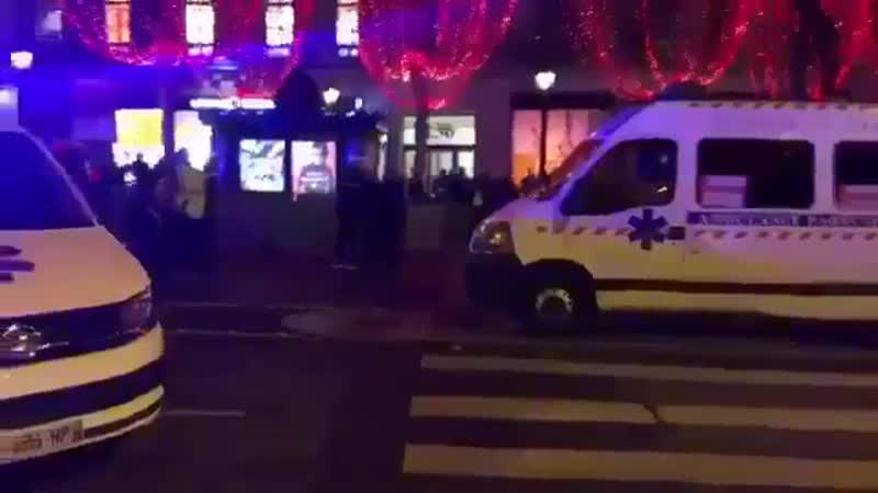 100 Sanitäter blockieren mit Krankenwagen den Champs-Élysées in Paris