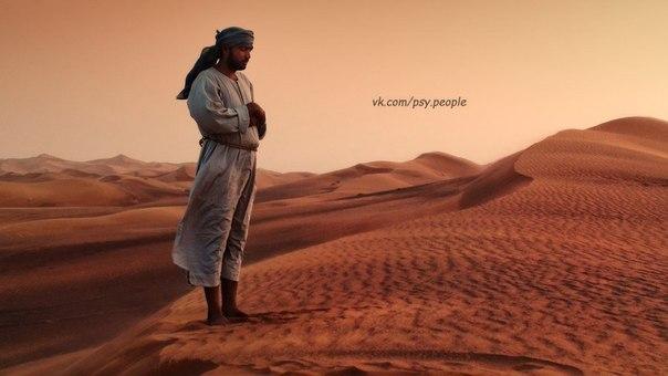История о дружбе Шли однажды два друга через пустыню. Поспорили как-то и один ударил другого по лицу. Тот, кого ударили по лицу, обиделся, но не сказал ничего. Лишь написал на песке: СЕГОДНЯ МОЙ ЛУЧШИЙ ДРУГ УДАРИЛ МЕНЯ ПО ЛИЦУ. Они шли дальше, и вдалеке увидели оазис, и захотели попить и искупаться. По пути к оазису тот, кого ударили, вдруг оказался в зыбучих песках. Он начал погружаться всё глубже и глубже, но его друг спас его. После этого пострадавший написал на камне: СЕГОДНЯ МОЙ ЛУЧШИЙ…