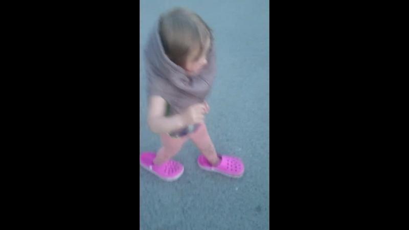 внучка оделась сама на прогулку.