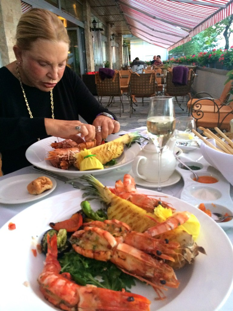 ??Патриарх Кирилл любит этот ресторанчик и я его понимаю....