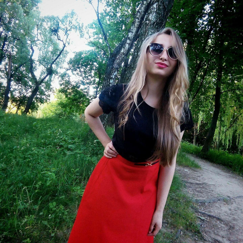 Блондинка в красной юбке