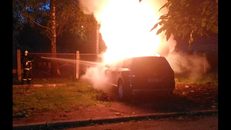 Неизвестные сожгли дорогую иномарку в Череповце