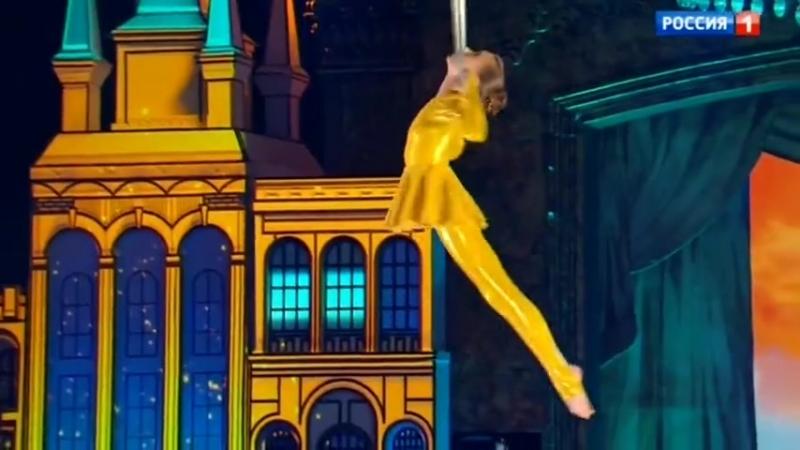 Бесстрашная гимнастка парит под куполом и вслед за ней взмывают звуки саксофона смотреть онлайн без регистрации