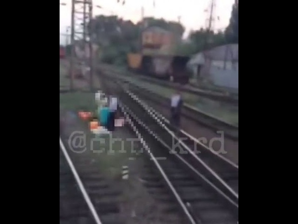 Женщина упала с пешеходного моста на ж д пути в Тихорецке