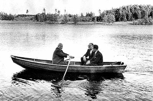 Никита Хрущев, Таге Эрландера (премьер-министр Швеции с переводчиком катаются по озеру на