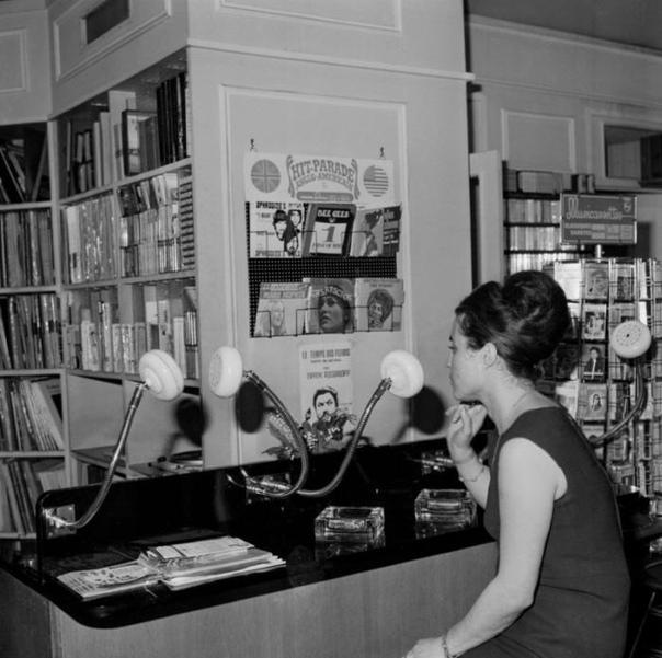 Оригинальные наушники для пред-прослушивания музыки в музыкальном магазине.