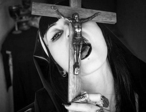 гадалка - культ Сатаны. Сатана. Дьявол. Люцифер ( фото, видео, демотиваторы, картинки) - Страница 3 YOKK7iKFfHc