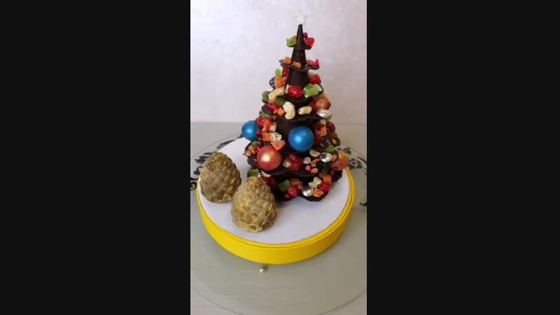 Шоколадная ёлочка с орешками и цукатами.