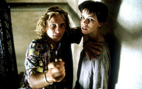 «Фламандская доска» (1994) Триллер Джима Макбрайда по одноимённому роману Артуро Переса-Реверте значительно отличается от первоисточника, как по сюжету, так и по экранизированным образам и