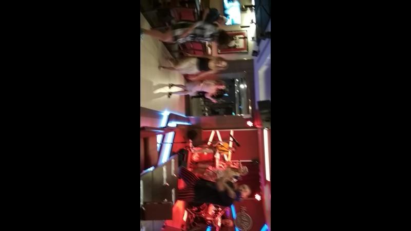 Hard Rock Cafe - веселая живая музыка
