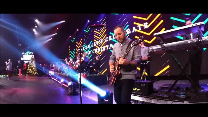 Гитарист через мониторные(кастомные) наушники ведёт группу в прославлении Господа