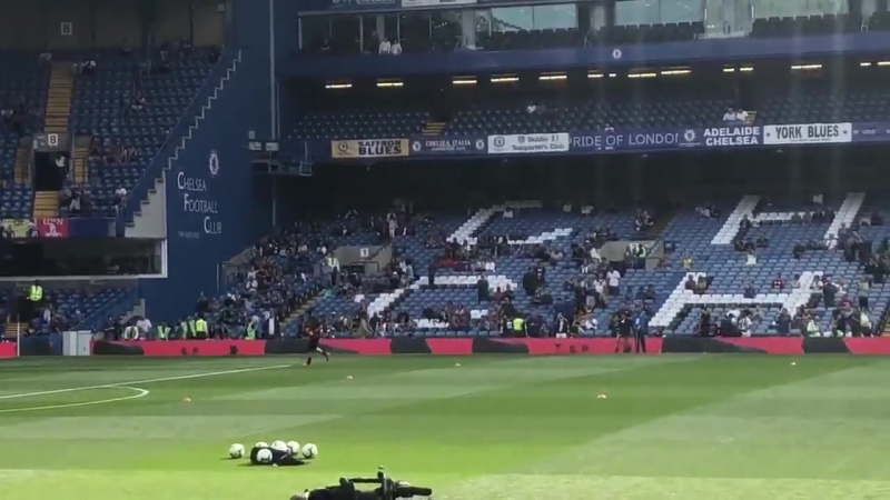 Petr Cech receives a warm welcome from both the Arsenal and Chelsea fans at Stamford Bridge CFCvAFC