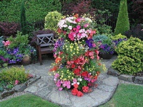 украшаем сад подвесными композициями и цветами в вазах способы украшения сада ампельными растениями самые разнообразные. но, существуют несколько правил, которые необходимо знать:- размещают