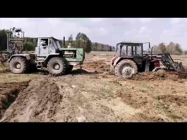 Колхозник вытащил трактор голыми руками)
