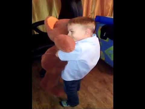 Даня на днюхе танцует с мишкой 4