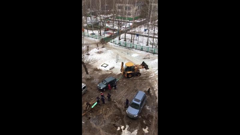 Достают провалившуюся машину на Циолковского, 48