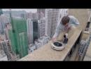 Руфер и робот-пылесос на крыше Гонконга