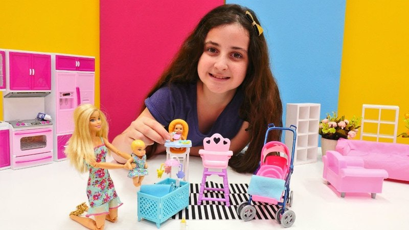 Barbie teyzesinin bebeklerine bakıyor! Eğlenceli kız oyunu!