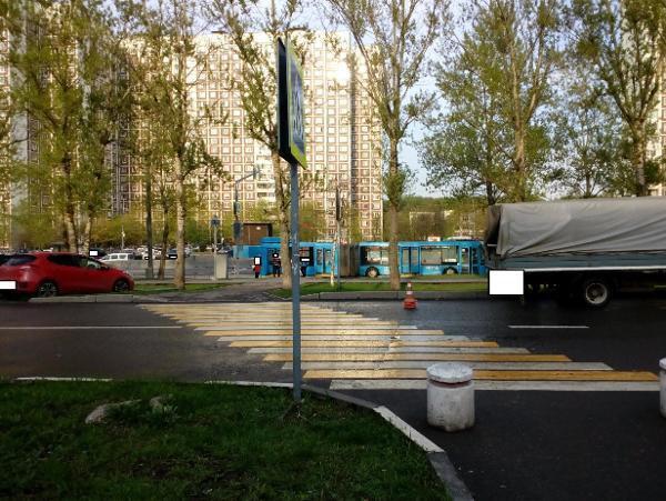 Дорожный знак привели в порядок у пешеходного перехода на дублере Алтушки