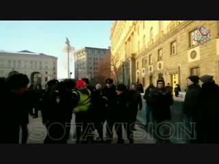 Ахахахахахахахахаххаахахаха! В Москве так боятся протестов в жилетах, что хватают даже дорожных рабочих в желтых жилетах.