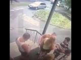 Мужчина ударил ножом в спину девушке, просто так. Обычный день в Москве.