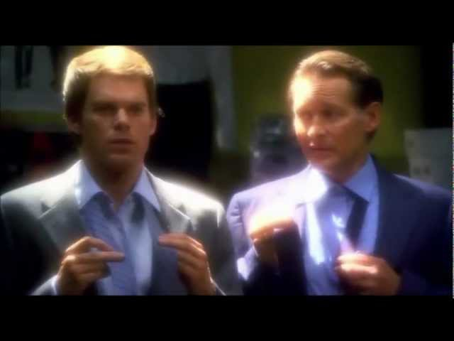 Декстер завязывает галстук.