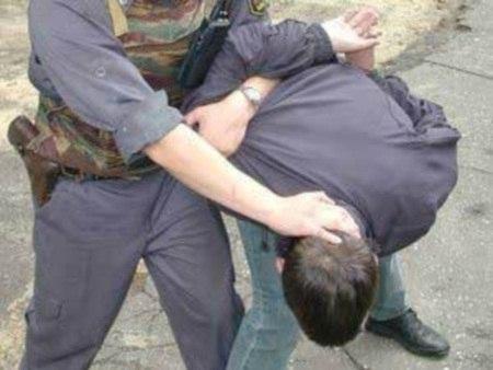 избиение полицейского