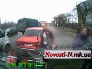 Драка на дороге - битва резиновыми дубинками!!! (ДТП Наснимал)