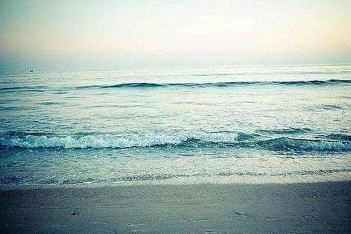 Заходишь в солёное море по грудь,  И чувствуешь, сколько царапин на теле.  А если бы душу в него окунуть?  Мы сдохли б от боли, на самом-то деле...