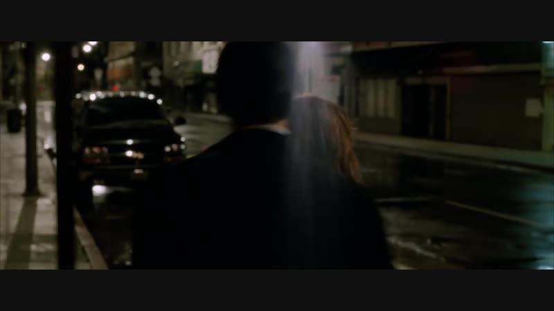 Константин Джон изгоняет демонов на улице.Что это Крылья, ..может быть когти. Вы шутите