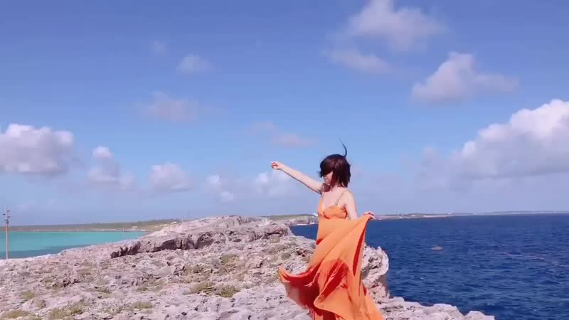 【先行カット大反響ありがとうございます😭今日はまずそのオフショムービーをお届け♪2つの海と空、どれもが全て違う「青」!クールで、無邪気で、可愛くて、キュンとする。理佐の魅力を表すのにぴったりの場所でした☆】