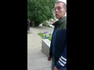 Мужчина выгоняет наркоманов из двора в Екатеринбурге