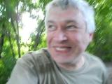 Смешное видео про мужика среди деревьев